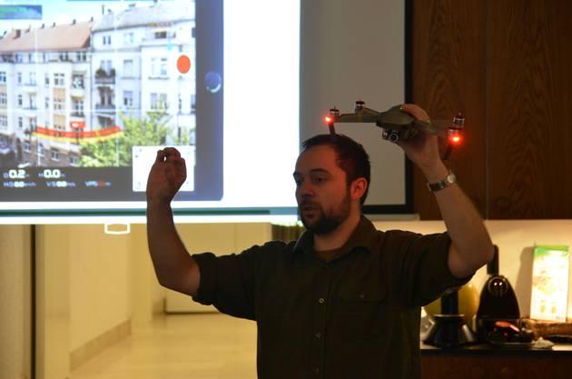 Thomas Röthlisberger von Rehkitzrettung Schweiz führt die Anwesenden in den Umgang mit der Drohne ein.