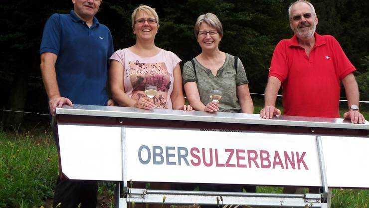 Das OK Dorffest ist stolz auf die neue Bank (von links): Herbert und Jacqueline Weiss, Brigitte und Edwin Rüede.