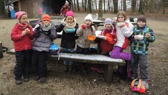 Das Essen im Wald, Schlangenbrot und Suppe, schmeckt besser als anderswo. zvg