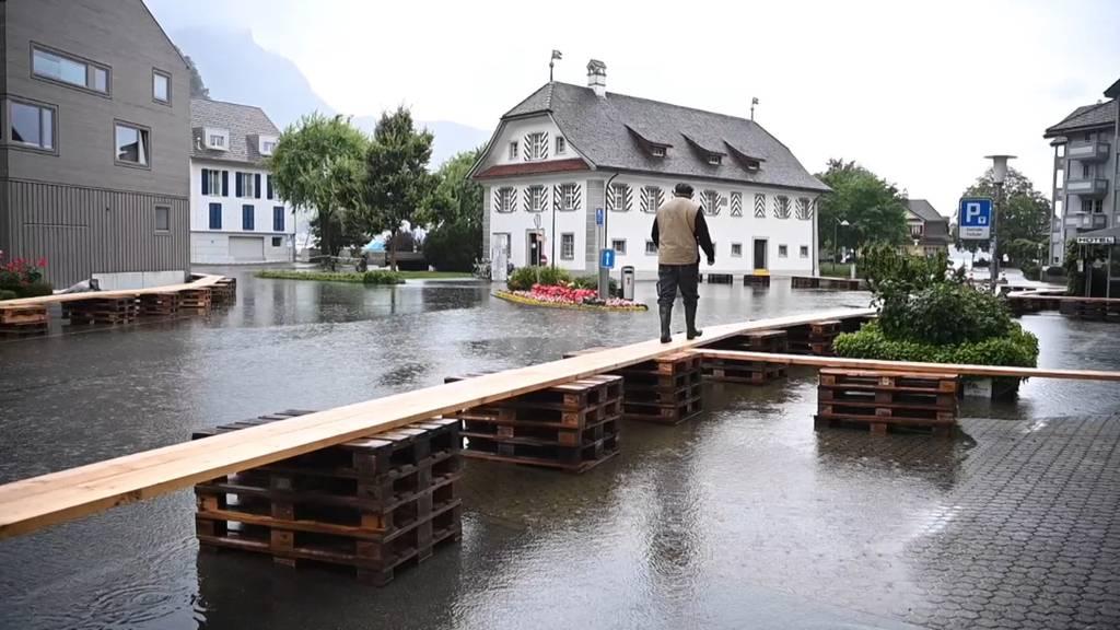 Über sieben Brücken musst du gehn: Überflutetes Dorfzentrum in Stansstad (NW)