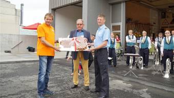 Ammann Peter Lenzin (M.) übergibt den «Werkhofschlüssel» an Werkdienstleiter Thomas Mosimann (l.) und Feuerwehrkommandant Sebastien Stoessel.