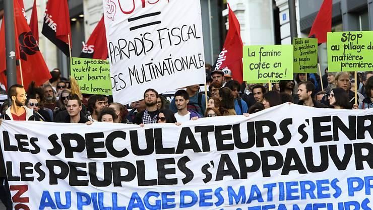 Rund 300 Menschen haben in Lausanne gegen den Rohstoff-Gipfel protestiert.