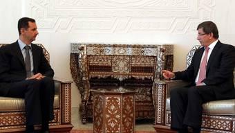 Assad (l.) und Davutoglu im Gespräch