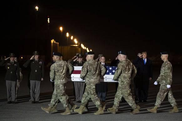 Soldaten bringen die Leiche eines Kameraden nachhause, der in Afghanistan gestorben ist.