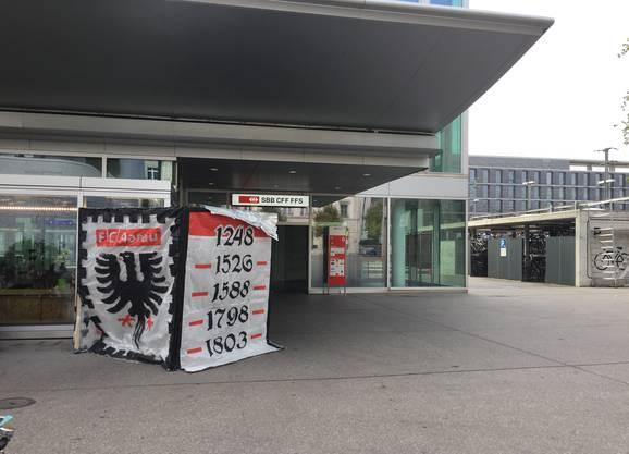 Am Sonntag nach dem Spiel stand die Laterne der Fan-Choreographie vor dem Bahnhof Aarau - gut zu erkennen: Die fünf für Aarau bedeutenden Jahreszahlen