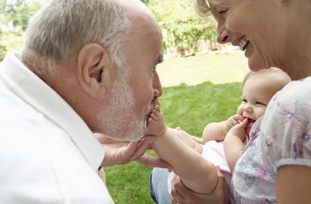 In Deutschland und Frankreich haben Grosseltern gesetzlichen Anspruch, ihre Enkel sehen zu dürfen. (Symbolbild)