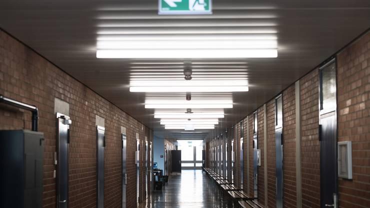 Ein Gang in der kantonalen Handelsschule Tessin – so leer sind bald auch alle übrigen Schulen in der Südschweiz.