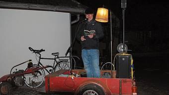 Stephan Rusch beim mobilen Vorlesen vom Einachser herab.
