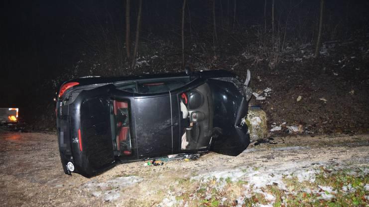 Nach dem Zusammenstoss mit dem Stein kippte das Auto zur Seite.