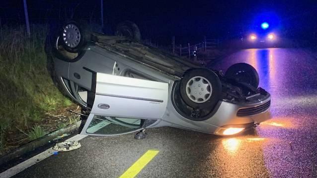 Das Auto des 24-Jährigen überschlug sich, als es in einer Rechtskurve von der Strasse abkam.