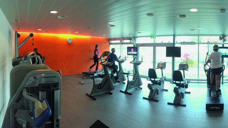 Wird der Fitnessraum im Uitiker Hallenbad vergrössert, muss die orange Wand weichen.