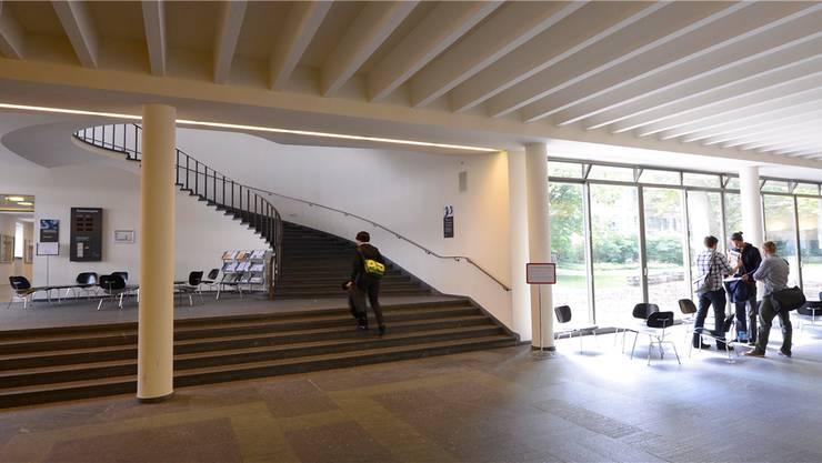 Eingangsbereich des Kollegiengebäudes der Uni Basel.