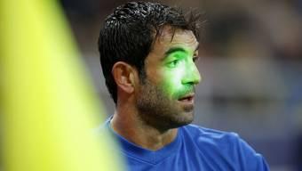 Ein Fussballspieler wird mit einem Laserstrahl geblendet (Archiv)