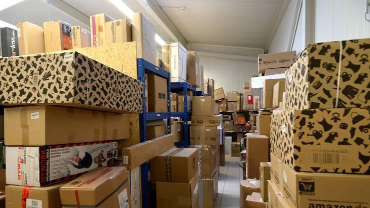 Die Pakete stapeln sich in den Lagerhallen der deutschen Paketstationen. (Archivbild)