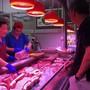 In China ist das Preisniveau überraschend gestiegen - besonders die Preise für Schweinefleisch zogen an. (Archivbild)