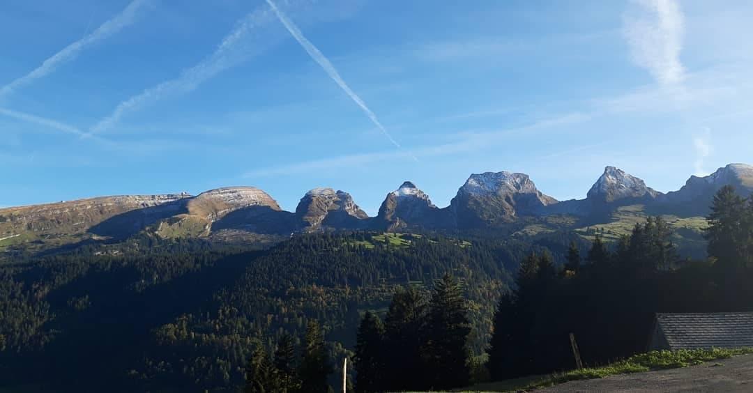 FM1-Hörerin Sabi ist mit dem Velo in den Bergen. (© zVg)