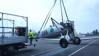 Die Dewoitine wird mit Kran auf den Lastwagen gehievt.