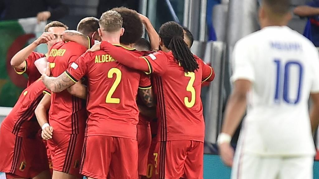 Während die Belgier das 1:0  ausgelassen bejubeln, will es Kylian Mbappé (Nummer 10) nicht glauben