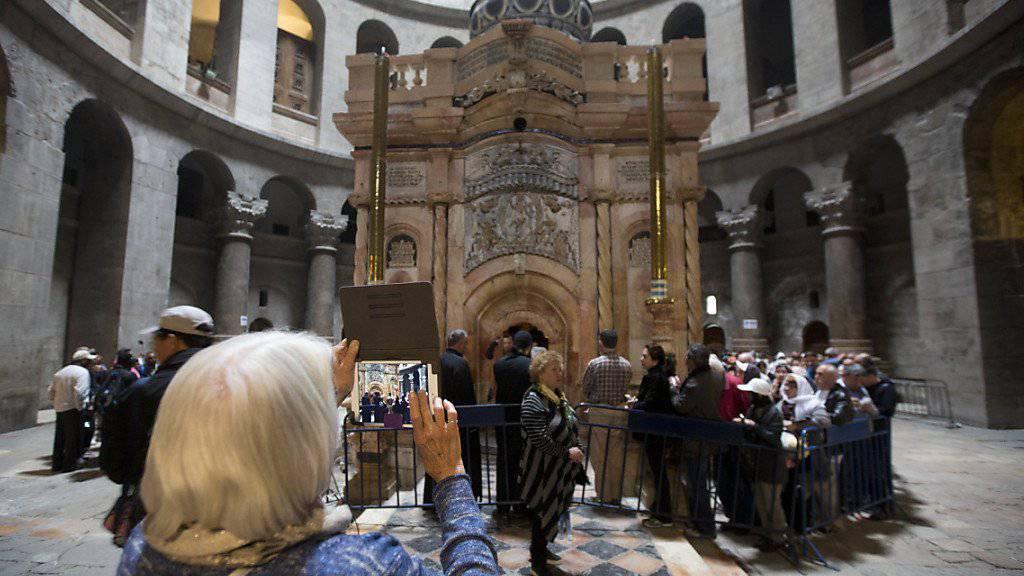 Erste Besucher vor der frisch renovierten Grabeskirche: In der Mitte steht die sogenannte Ädikula.