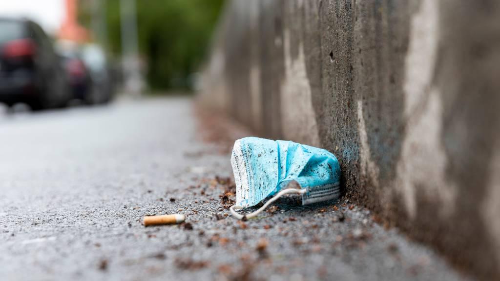 Das Tragen von Atemschutzmasken wird in der Coronapandemie vom Bund empfohlen. (Symbolbild)