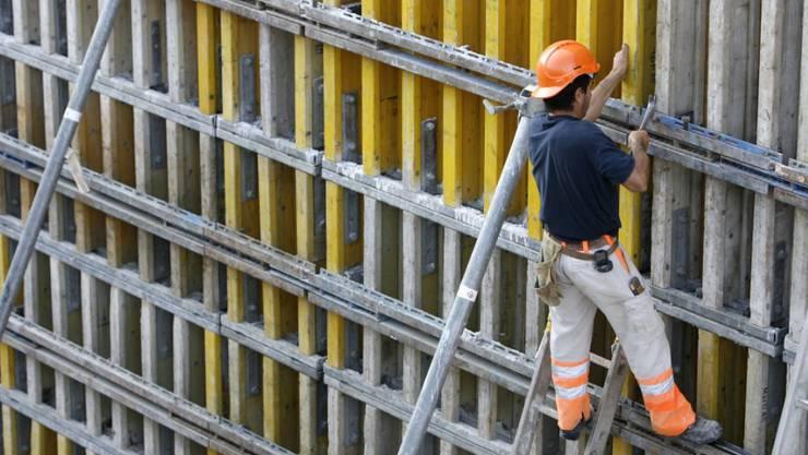 Das neue System soll den Einhalt von Lohn- und Arbeitsbedingungen auf Baustellen besser kontrollieren. (Symbolbild)