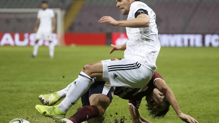 Servettes Miroslav Stevanovic geht gegen Valentin Stocker dahin, wo es wehtut