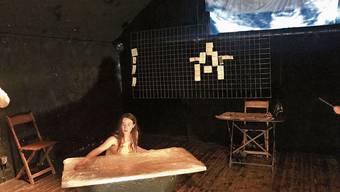 Das Theaterstück handelt vom dramatischen Leben der Frau, die einsam und verarmt starb.
