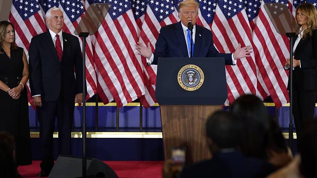 US-Präsident Donald Trump bei seinem Auftritt in der Wahlnacht. Foto: Evan Vucci/AP/dpa