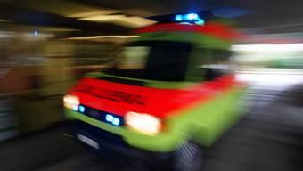 Der 39-jährige Rollerfahrer zog sich bei der Kollision mit dem Autolenker Knochenbrüche zu. Eine Ambulanz brachte ihn ins Spital. (Symbolbild)