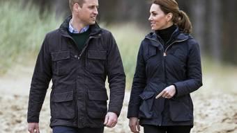 Aus Liebe zur Umwelt: Der britische Prinz William (links) und seine Frau, Herzogin Kate, verzichten auf Flüge im Privatjet.