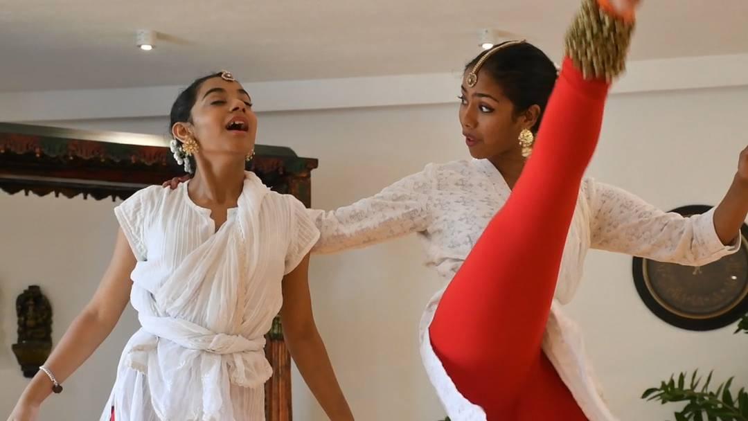Ausschnitte aus dem Tanz «Das blinde und das taube Mädchen» – Tanzlehrerin Pali Chandra begleitet den Tanz, indem sie die Geschichte erzählt