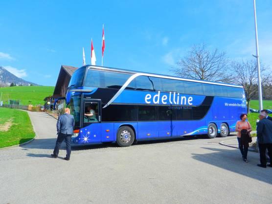 Die Delegation aus Uruguay kommt mit dem Bus aus dem Tessin in den Wallierhof