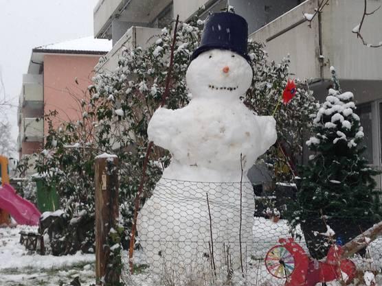 In Suhr ist am Samstag ein eindrücklicher Schneemann entstanden.