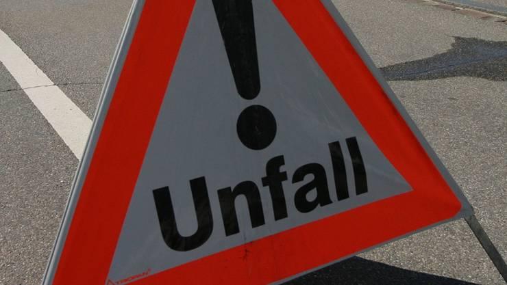 Auf der Autobahn A3 bei Eiken prallte ein Autofahrer gegen eine Randleitplanke.
