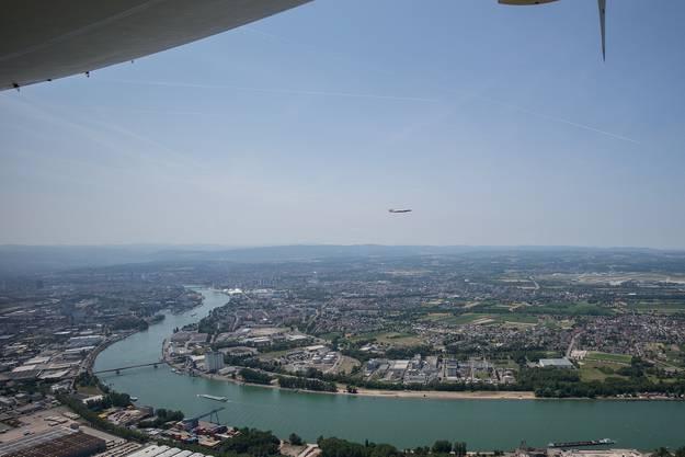 Blick auf das Rheinknie mit der «Super Connie» (klein) im Vorbeiflug.
