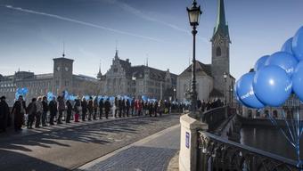 Menschenkette in Zürich am Internationalen Tag der Menschenrechte. Einige hundert Personen nahmen teil.
