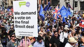 Zehntausende haben in London für eine Volksabstimmung über den Brexit demonstriert.