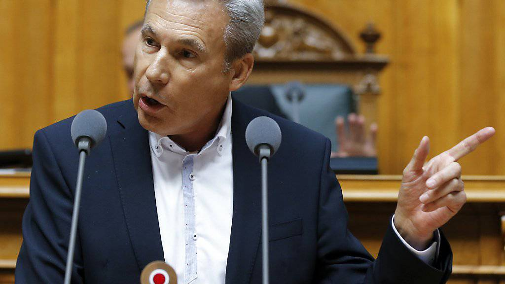 Adrian Amstutz (SVP/BE) kritisiert in der Debatte zur No-Billag-Initiative im Nationalrat die SRG. Die Mehrheit im Rat sieht die Initiative aber als Gefahr für die Demokratie.