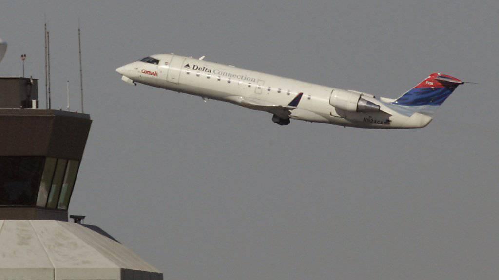 Bombardier trennt sich von seinem Geschäft mit grossen Verkehrsflugzeugen - im Bild ein Bombardier CRJ-200 Regionaljet. (Archivbild)