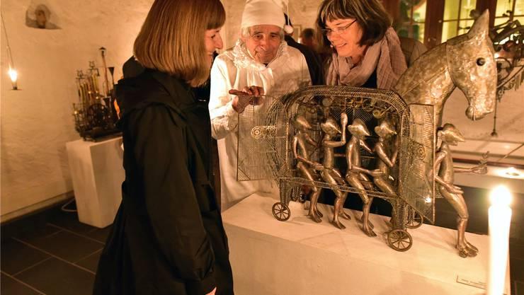 Paul Gugelmann zeigt zwei interessierten Besucherinnen sein Werk «Das Trojanisches Pferd» (1993).