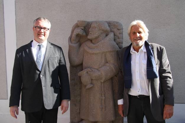 Regierungsrat Remo Ankli und Gemeinderat Beat Käch sind stolz auf die «neue» Statue.