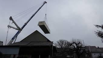 Bei einem Hausbau hebt ein Kran normalerweise schwere Einzelteile hoch. Der Kran in Hottwil hob am Mittwochmorgen ein ganzes Haus hoch.