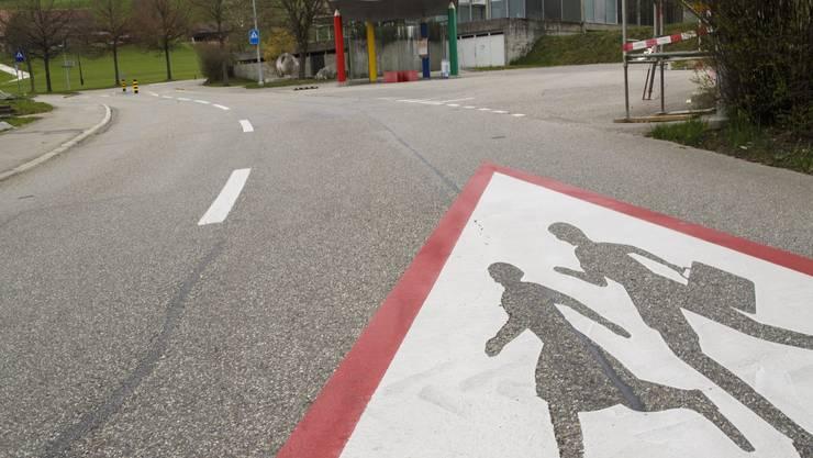 Die Markierung Achtung Schule auf der Hauptstrasse bei der Schule Rüttenen.