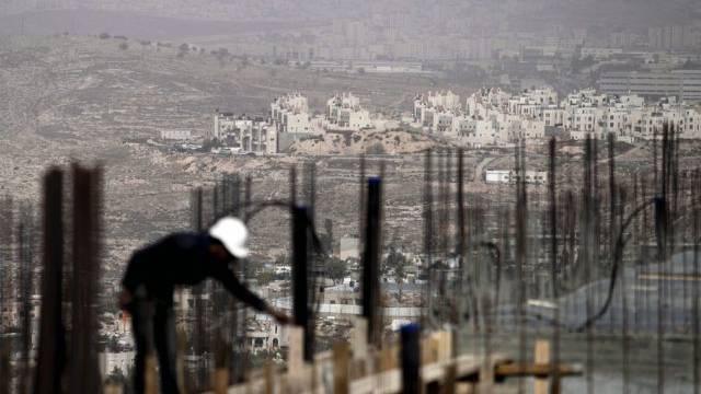 Palästinensischer Arbeiter auf Siedlungsbaustelle in Ostjerusalem