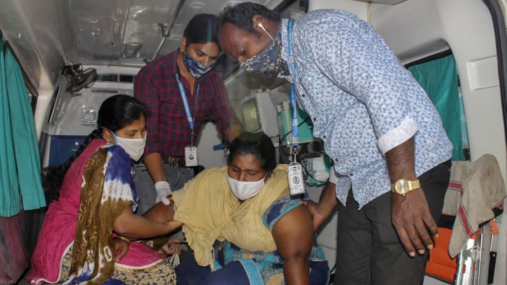 Eine der 500 PatientInnen, die mit einer mysteriösen Krankheit in Eluru, Andhra Pradesh, ins Spital eingeliefert worden sind. Staatliche Experten fahnden nach den Ursachen. Schwermetalle könnten ein Grund sein.