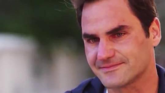 Roger Federer bricht in Tränen aus.