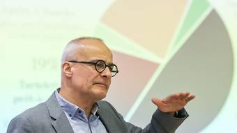 Geschäftsleiter Andreas Hug erläutert ein Kuchendiagramm an der Bilanzmedienkonferenz der Hug AG in Malters.