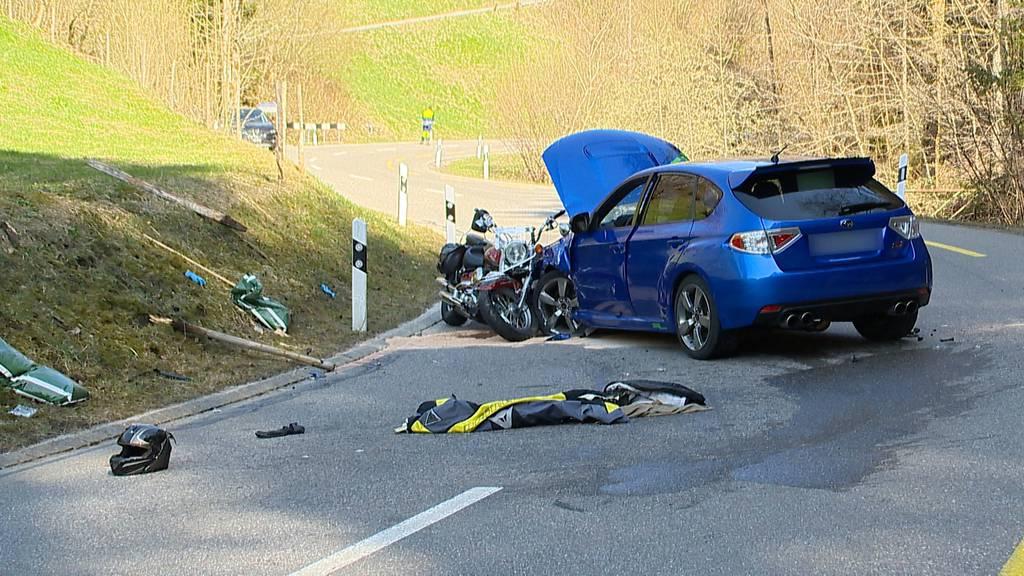 Fischenthal (ZH): Motorradfahrer kollidiert frontal mit Auto
