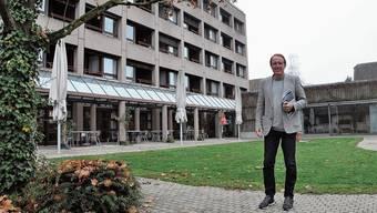 Peter Spring, Verbandspräsident Regionale Alterszentren, zeigt die sanierungsbedürftige Bärenmatt in Bremgarten.