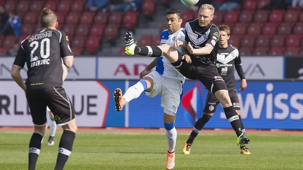 Sinnbildlich für Lugano: Marco Padalino (rechts) gewinnt das Kopfballduell gegen GC-Stürmer Caio